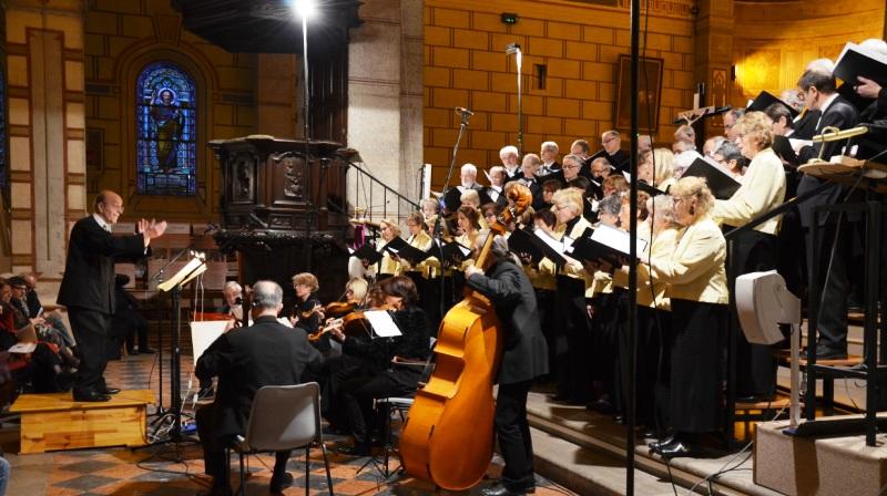 Guy Cornut dirige l'ensemble vocal et instrumental de Lyon lors de l'hommage à Joseph Reveyron